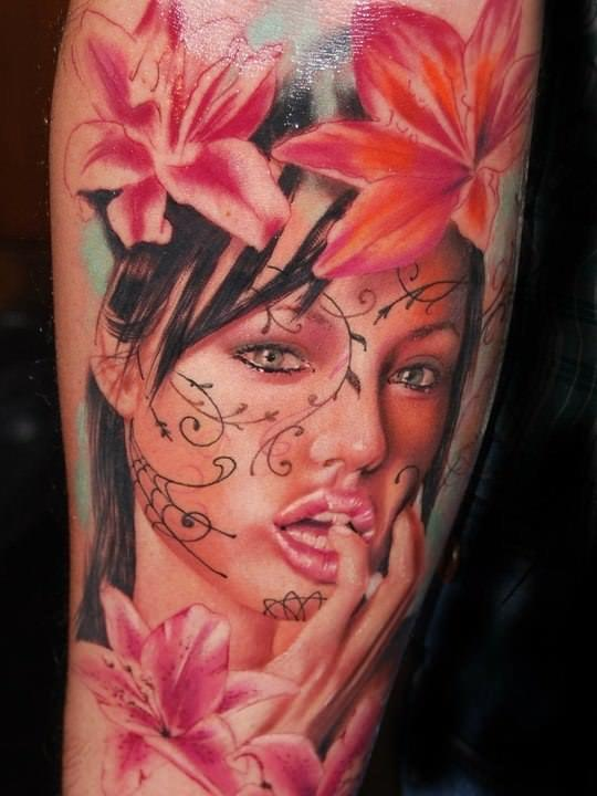 A sexy girl poses with flowers in this fantastic tattoo by Alex de Pase