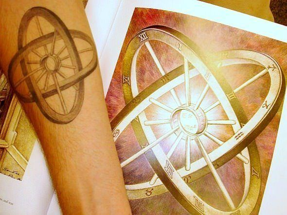 A tattoo of a popular optical illusion by artist Sandro del Prete that shows two interlinking wheels