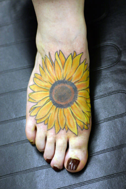 The strong silhouette of this sunflower tattoo makes it recognizable from a distance