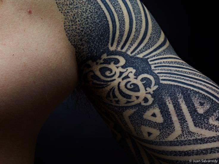 Cuando el tatuaje se convierte en arte...(Grandes tatuadores) - Página 5 This-close-up-of-a-sacred-geometry-tattoo-by-Nazareno-Tubaro-shows-how-the-artist-create-shades-with-dots