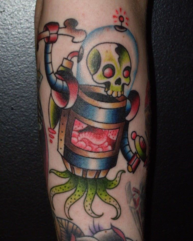 Miles Kanne uses an American traditional style to create this alien robot tattoo design